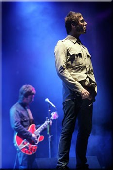Oasis: Fridge Magnet - Liam and Noel on Stage